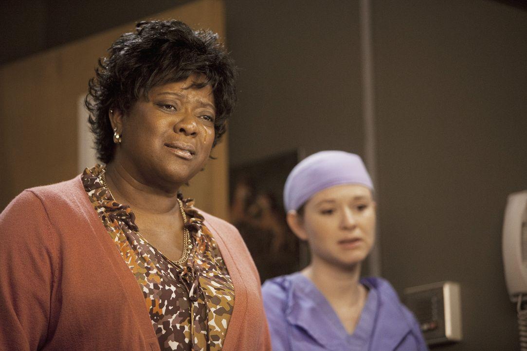 Während Webber seine 10.000 Operation vornimmt, wird Adele (Loretta Devine, l.) ins Krankenhaus gebracht, nachdem sie nachts durch die Straßen irr... - Bildquelle: ABC Studios