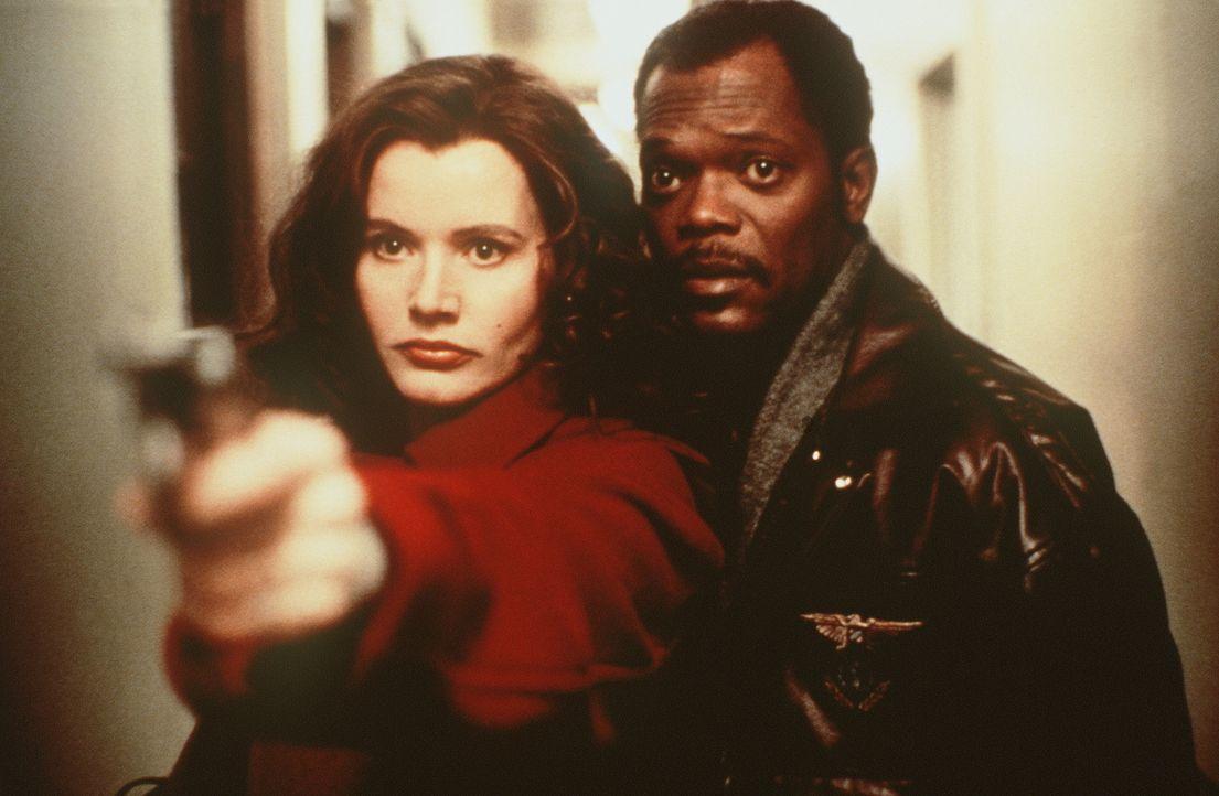 Die schöne Charly (Geena Davis, l.) und der Schnüffler Mitch (Samuel L. Jackson, r.) entdecken, dass der Vergangenheit der jungen Frau ein Geheimnis... - Bildquelle: New Line Cinema