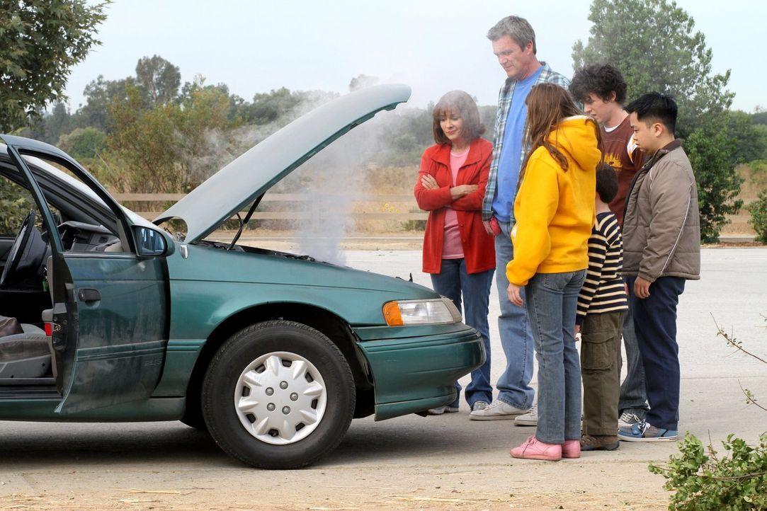 Eine Panne stoppt den Familienausflug, den Frankie (Patricia Heaton, l.) und Mike (Neil Flynn, 2.v.l.) für ihren Austauschstudenten Takayuki (Matthe... - Bildquelle: Warner Brothers