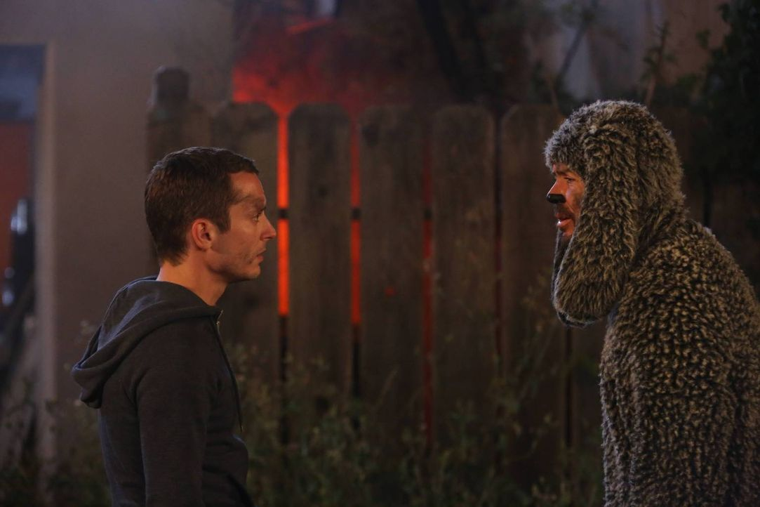 Ryan (Elijah Wood, l.) und Wilfred (Jason Gann, r.) geraten in eine gefährliche Situation ... - Bildquelle: 2013 Bluebush Productions, LLC. All rights reserved.