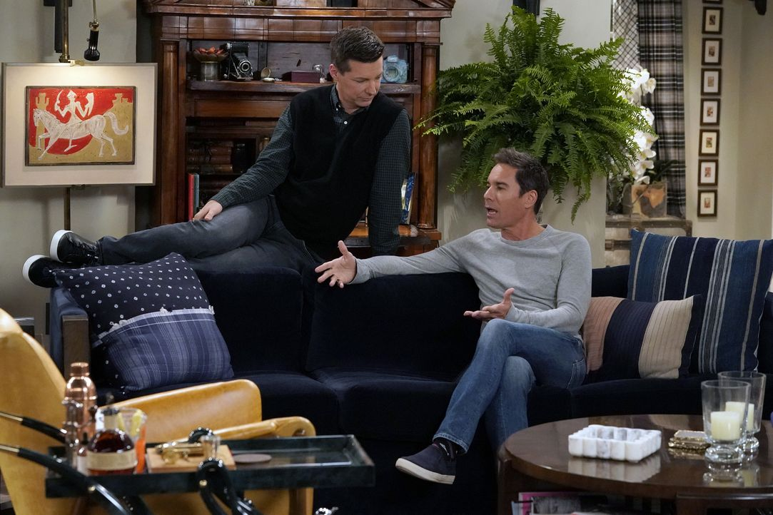 Jack (Sean Hayes, l.) bringt Will (Eric McCormack, r.) in eine unangenehme Situation, als dieser das Instagram-Profil eine Ex-Freundes stalked ... - Bildquelle: Chris Haston 2017 NBCUniversal Media, LLC
