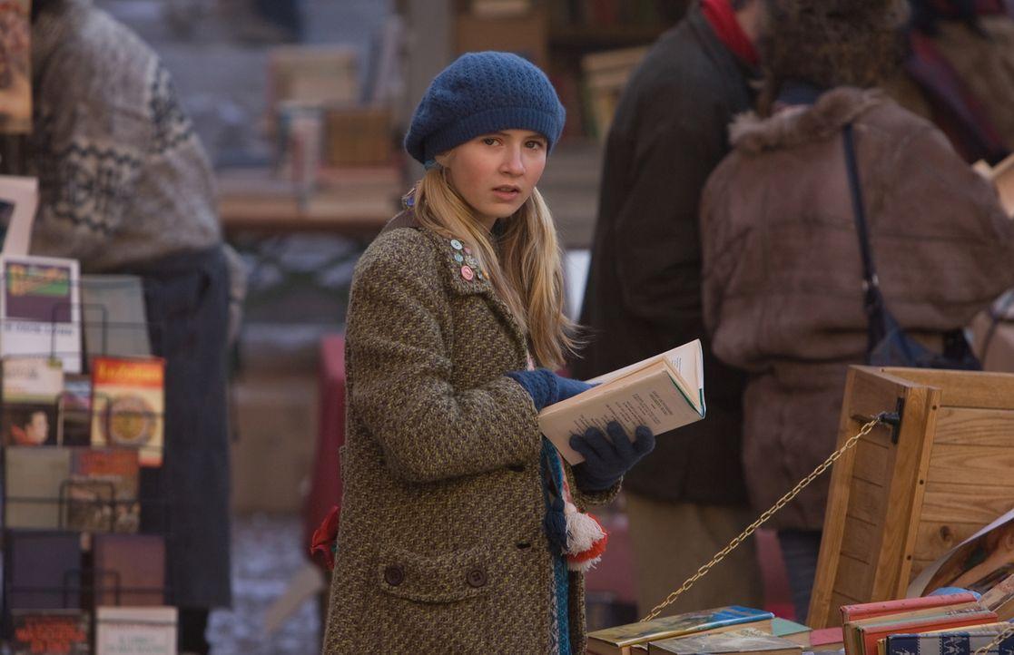 Hält sie wirklich das Buch in den Händen, das ihr Vater schon seit Jahren sucht? Meggie (Eliza Bennett) ahnt nicht, dass ihr ein aufregendes Abenteu... - Bildquelle: Warner Brothers