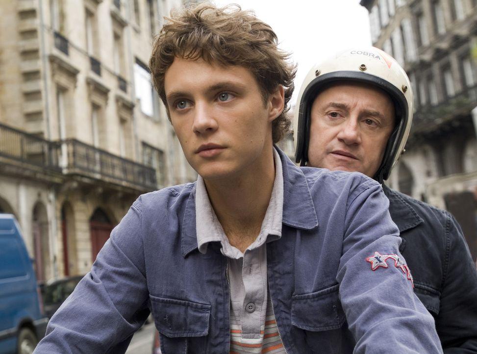 Erst spät erkennt Lucas (Théo Frilet, l.), dass er seinem verhassten Lehrer Martineau (Michel Blanc, r.) nicht wirklich entkommen kann ...