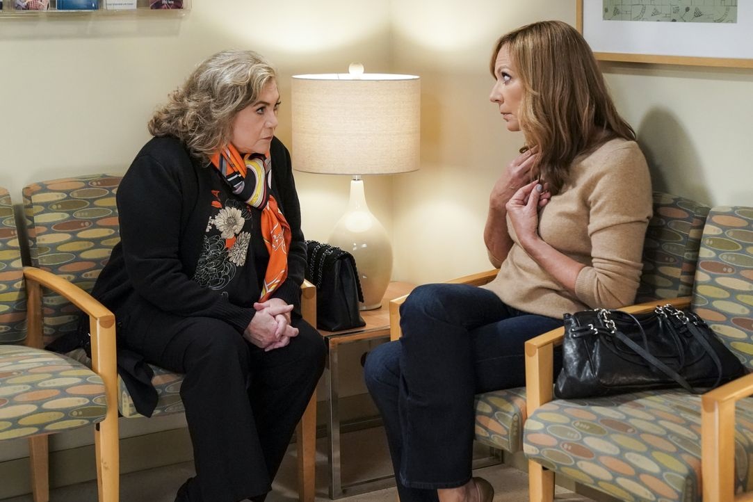 Cookie (Kathleen Turner, l.); Bonnie (Allison Janney, r.) - Bildquelle: Warner Bros. Entertainment, Inc.