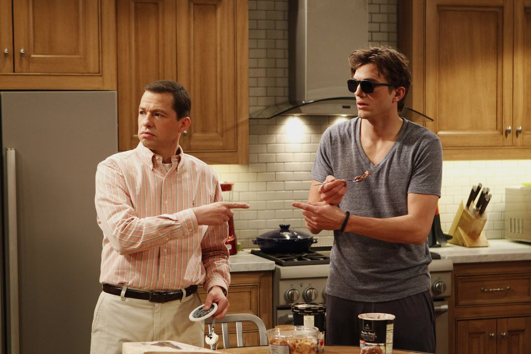Wahre Männer: Alan (Jon Cryer, l.) und Walden (Ashton Kutcher, r.) ... - Bildquelle: Warner Brothers Entertainment Inc.