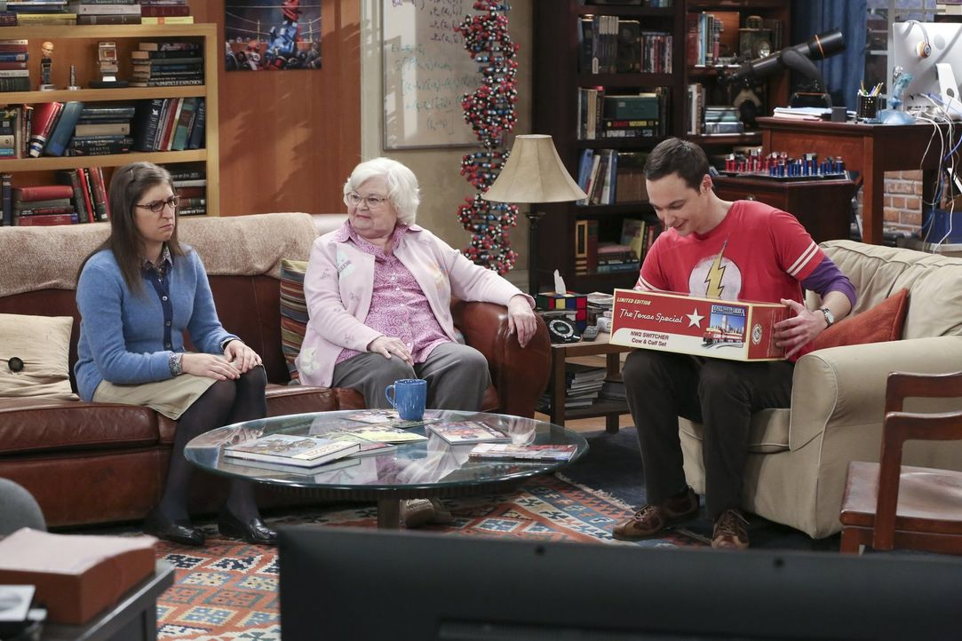 Während Sheldons (Jim Parsons, r.) Großmutter Meemaw (June Squibb, M.) für ihren Enkel Geschenke bereithält, hat sie für Amy (Mayim Bialik, l.) nur... - Bildquelle: 2015 Warner Brothers