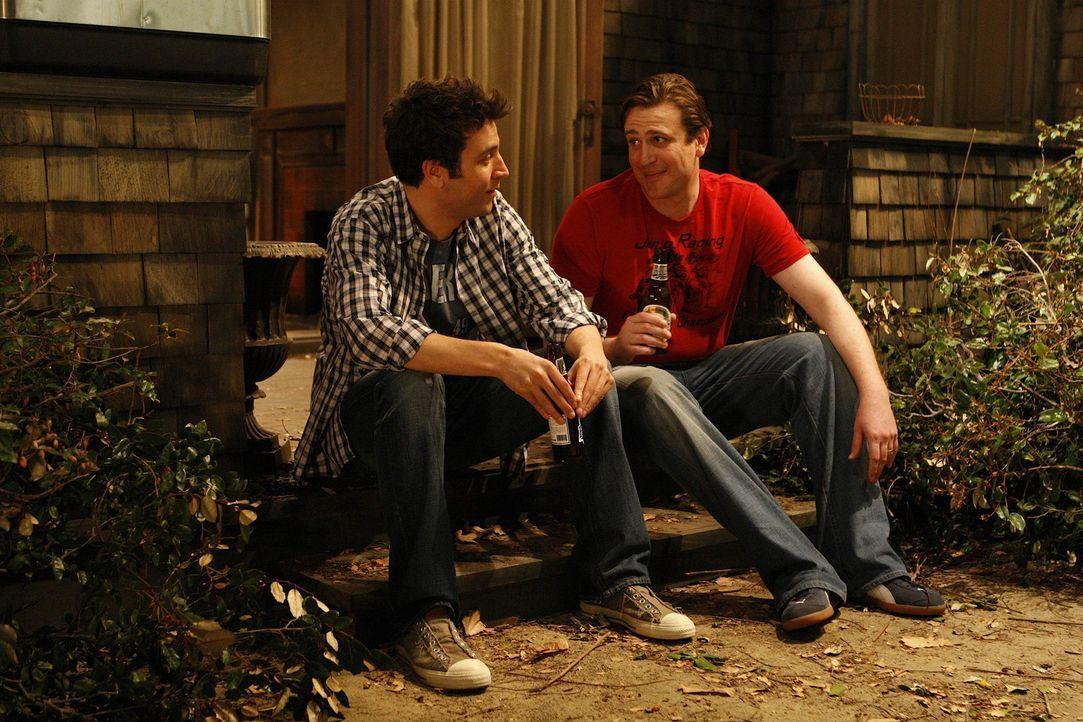 Voller stolz zeigt Ted (Josh Radnor, l.) seinen Freunden, seine neue Errungenschaft, doch die sind entsetzt - denn das traute Heim ist eine Bruchbud... - Bildquelle: 20th Century Fox International Television