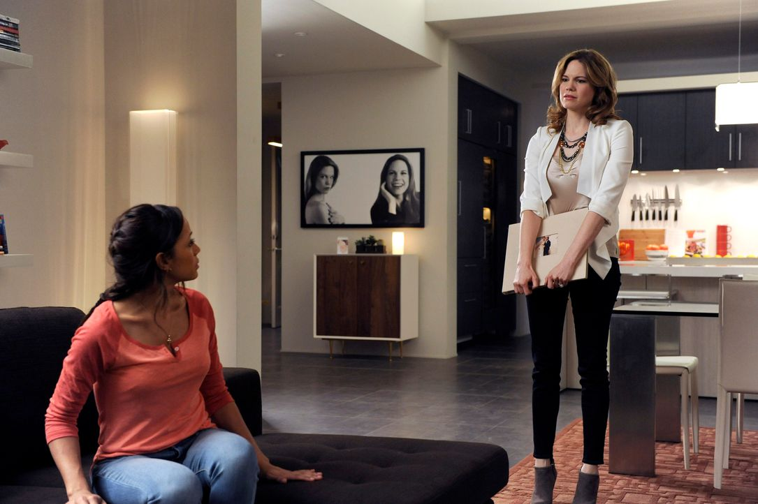 Rosie (Dania Ramirez, l.) und Spence haben eine Affäre. Beim leidenschaftlichen Sex erleidet Spence einen Herzinfarkt. Als Peri (Mariana Klaveno, r.... - Bildquelle: ABC Studios