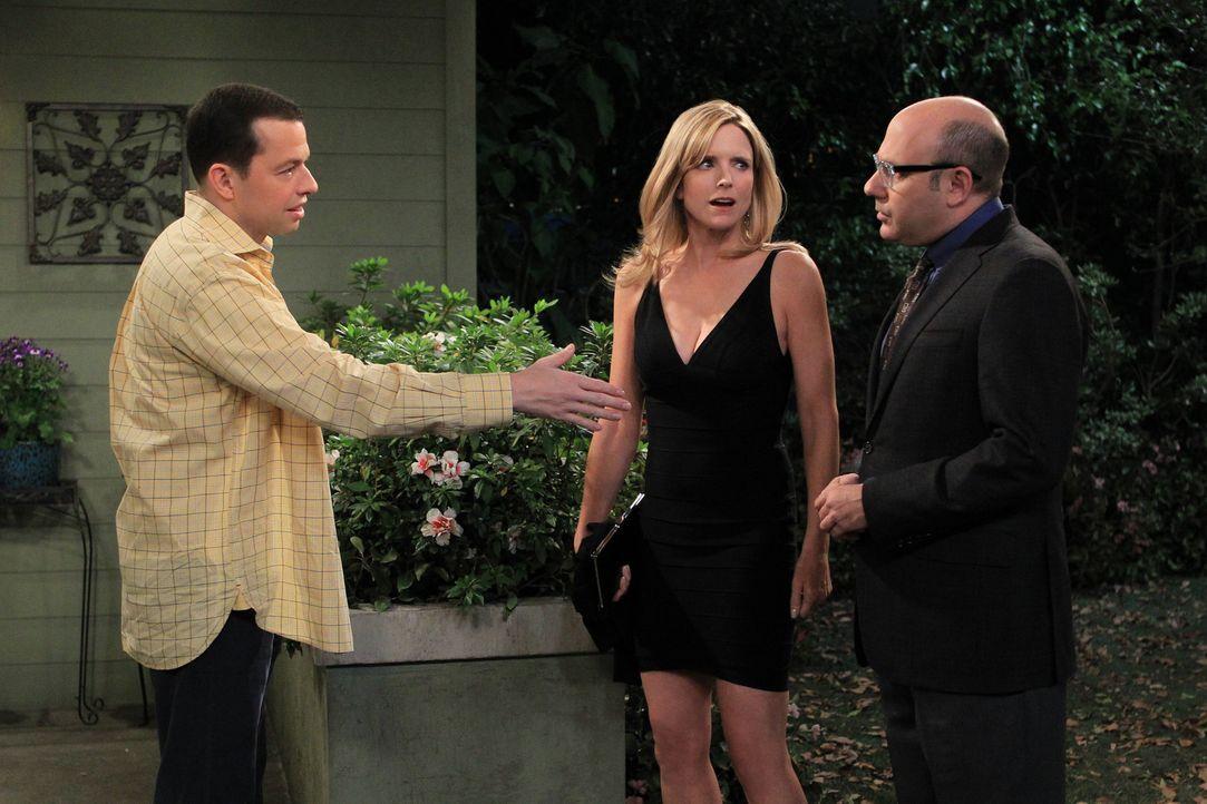 Alan (Jon Cryer, l.) hat Krach mit seiner Freundin Lyndsey (Courtney Thorne-Smith, M.), weil er ihr den Schlüssel zu Waldens Haus nicht geben will.... - Bildquelle: Warner Bros. Television