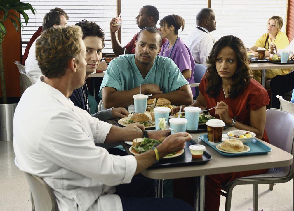 Dr. Cox (John C. McGinley, l.) ist äußerst beunruhigt, denn er findet einen Patienten sympathisch. Turk (Donald Faison, 2.v.r.), Carla (Judy Reyes... - Bildquelle: Touchstone Television