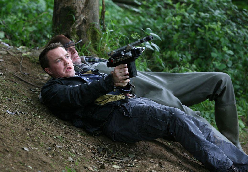 Im Kampf gegen einen lebensgefährlichen Riesen-Panzerlurch: Matt (Ciaran McMenamin, l.) ... - Bildquelle: ITV Plc