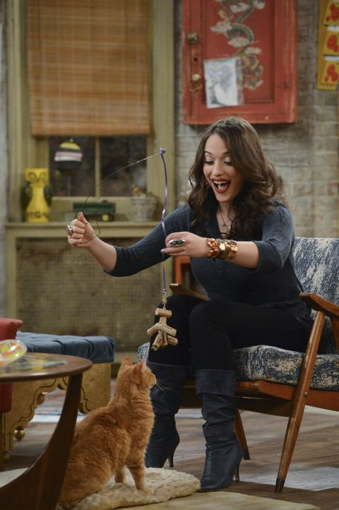Endlich ist Max (Kat Dennings) mal wieder allein zu Hause, doch als das Date ihrer Mitbewohnerin platzt, bieten sich plötzlich ganz neue Abendpläne... - Bildquelle: Warner Brothers