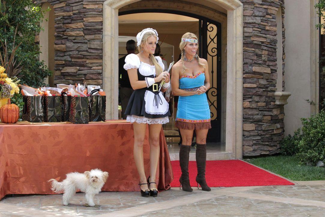 Empfangen ihre Gäste zum Thanksgivings-Essen: Dallas (Cheryl Hines, r.) und Dalia (Carly Chaikin, l.) ... - Bildquelle: Warner Bros. Television
