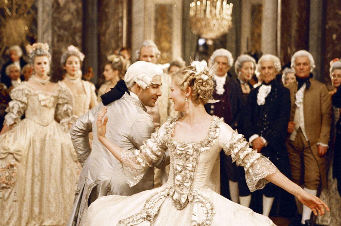 Das frisch getraute Paar eröffnet den Tanz: Louis XVI (Jason Schwartzman, Mitte l.) und Marie-Antoinette (Kirsten Dunst, Mitte r.) ... - Bildquelle: 2006 I Want Candy, LLC. All Rights Reserved.