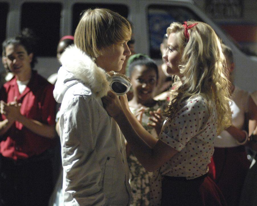 Stephanie (Chelsea Staub, r.) kann zunächst nicht glauben, dass der Schuldheld ihr Ex-Freund Virgil (Jason Dolley, l.) ist ... - Bildquelle: 2007 Disney Channel