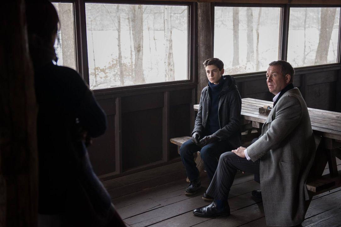 Während Barbara, nachdem sie aus Arkham Asylum entlassen wurde, versucht, sich mit Jim Gordon auszusöhnen, machen sich Bruce (David Mazouz, M.) und... - Bildquelle: Warner Brothers