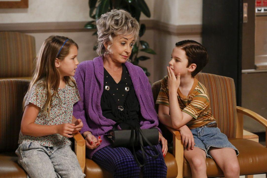 Eigentlich sollte Großmutter Meemaw (Annie Potts, M.) auf die Kinder aufpassen, während Mary und George im Krankenhaus sind, doch dann treffen Georg... - Bildquelle: Warner Bros.