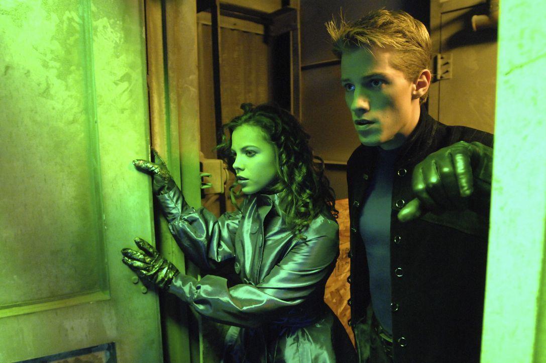 """Als ihr Vater entführt wird, muss Melissa (Emily Osment, l.) dessen Superhelden """"Trip Zoome"""" (Jonathan Keltz, r.) zu neuem Leben erwecken ... - Bildquelle: Disney Enterprises, Inc.  All rights reserved"""