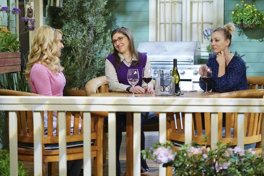 Bernadette (Melissa Rauch, l.) ist schwanger - doch wie werden Penny (Kaley Cuoco, r.) und Amy (Mayim Bialik, M.) reagieren, wenn sie das erfahren? - Bildquelle: 2016 Warner Brothers