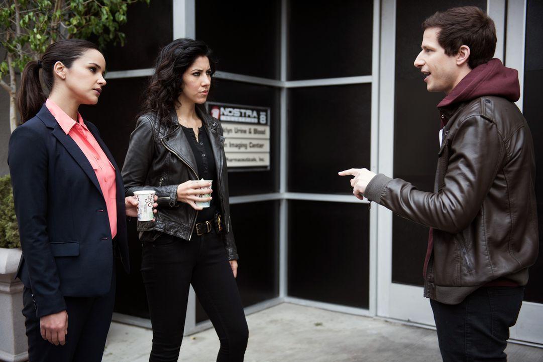 (v.l.n.r.) Amy Santiago (Melissa Fumero); Rosa Diaz (Stephanie Beatriz); Jake Peralta (Andy Samberg) - Bildquelle: Eddy Chen 2014 UNIVERSAL TELEVISION LLC. All rights reserved / Eddy Chen
