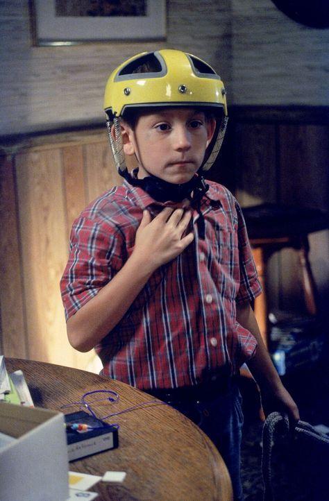 Dewey (Erik Per Sullivan) rüstet sich für den Kampf gegen die Fledermäuse ... - Bildquelle: TM +   2000 Twentieth Century Fox Film Corporation. All Rights Reserved.