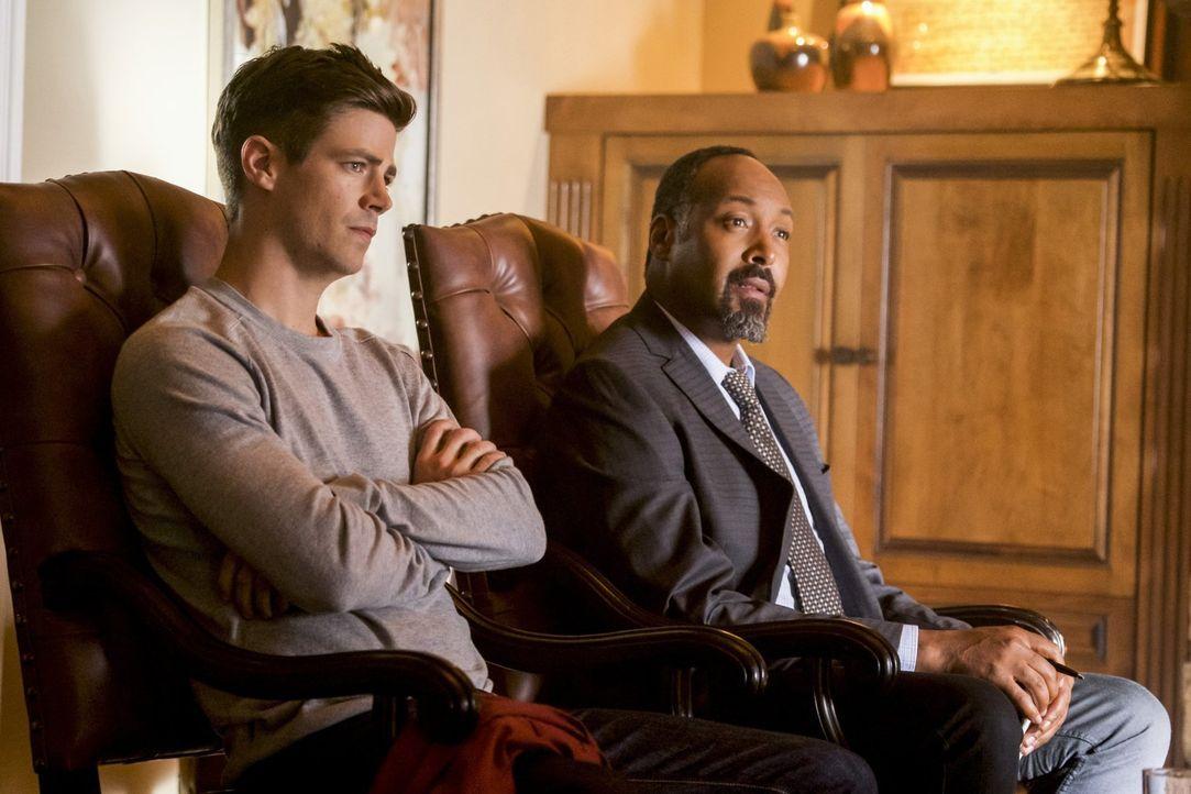 Barry (Grant Gustin, l.) und Joe (Jesse L. Martin, r.) statten DeVoe einen Besuch ab und müssen sich eingestehen, dass der Mann ganz anders ist, als... - Bildquelle: 2017 Warner Bros.