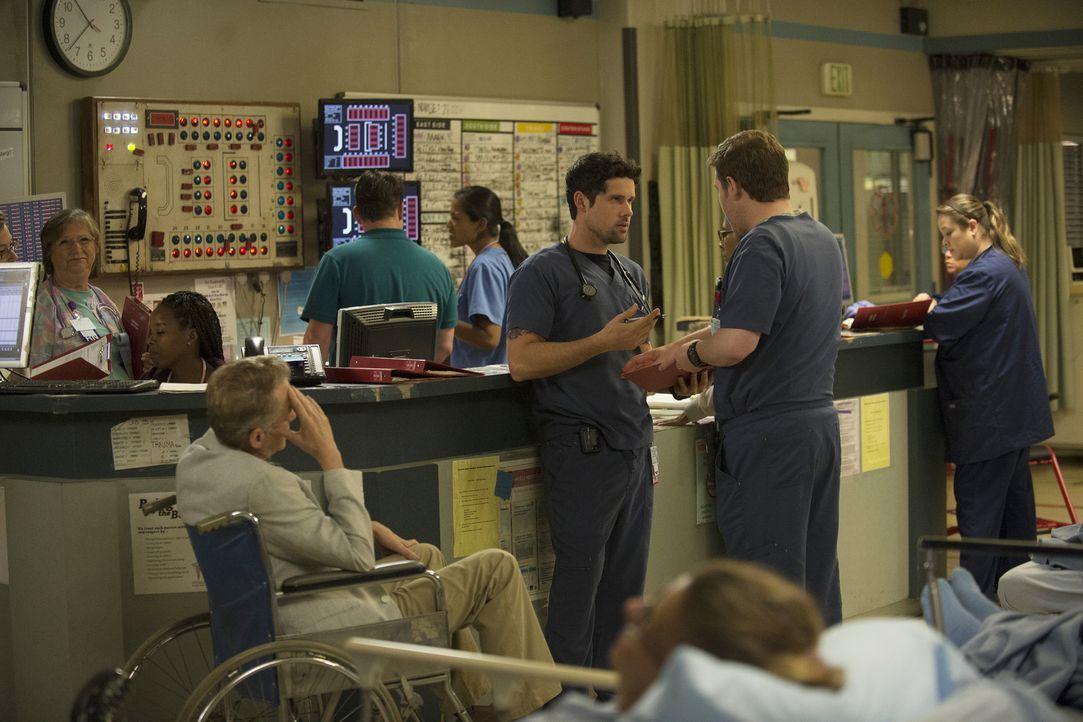 Marios (Ben Hollingsworth, l.) neuer Patient ist ein alter Mann mit HIV, was Mario zum Überreagieren bringt und Unstimmigkeiten zwischen ihm und Ang... - Bildquelle: Neil Jacobs 2015 American Broadcasting Companies, Inc. All rights reserved.