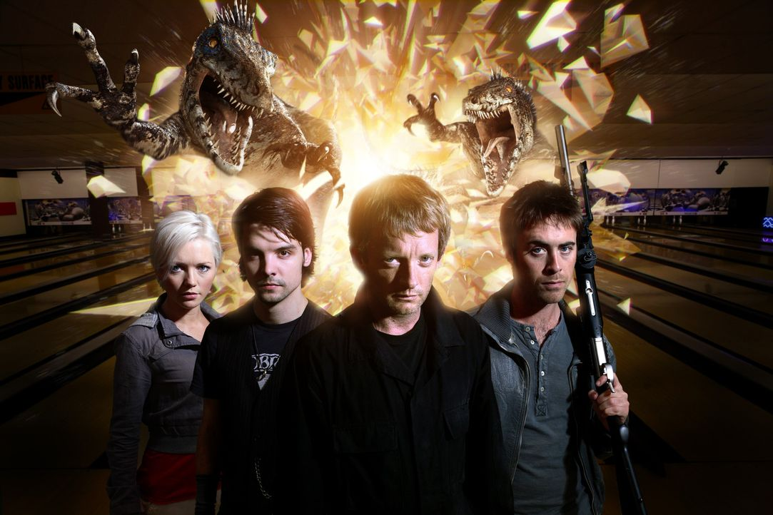 In einem Shoppingcenter treiben Raptors ihr Unwesen. Cutter (Douglas Henshall, 2.v.r.), Abby (Hannah Spearritt, l.), Connor (Andrew Lee Potts, 2.v.l... - Bildquelle: ITV Plc