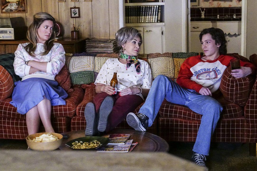 Während Mary (Zoe Perry, l.) darauf beharrt, Sheldon eine Lektion erteilen zu wollen, beginnen Meemaw (Annie Potts, M.) und Georgie (Montana Jordan,... - Bildquelle: Warner Bros. Television