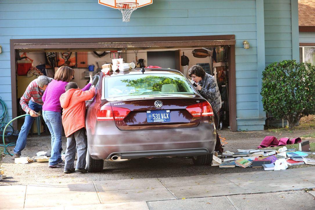 Frankie (Patricia Heaton, 2.v.l.) erklärt sich bereit, auf das neue Auto ihrer Nachbarn aufzupassen und beschließt, selbst damit zu fahren. Entsetzt... - Bildquelle: Warner Brothers