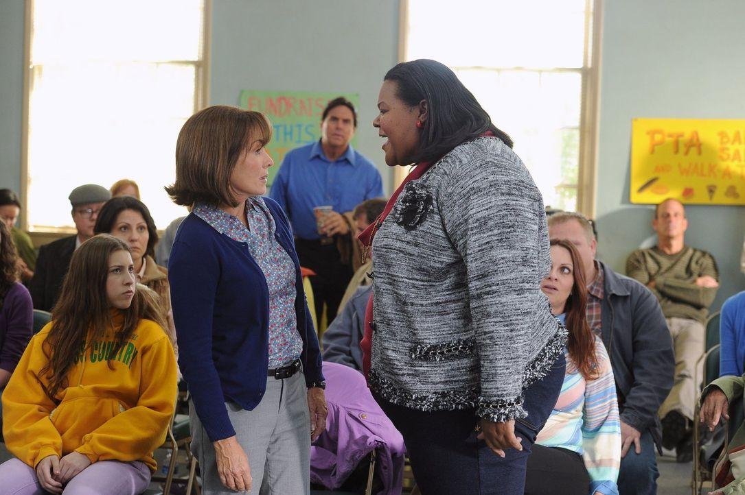 Als Frankie (Patricia Heaton, M.) erfährt, dass Sues (Eden Sher, l.) Langstreckenteam aus Budgetgründen gestrichen werden soll, geht sie in der Elte... - Bildquelle: Warner Brothers