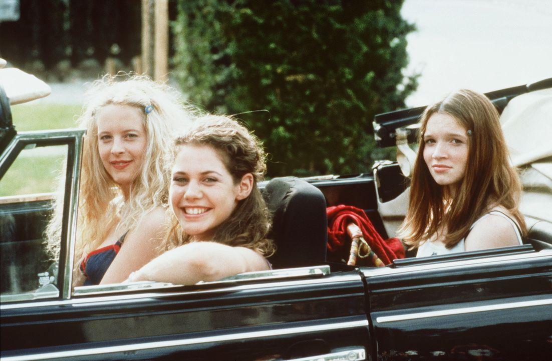 Inken (Diana Amft, l.), Victoria (Felicitas Woll, M.) und Lena (Karoline Herfurth, r.) plagt eine unendliche Qual: Sie wollen endlich wissen, wie si... - Bildquelle: Constantin Film