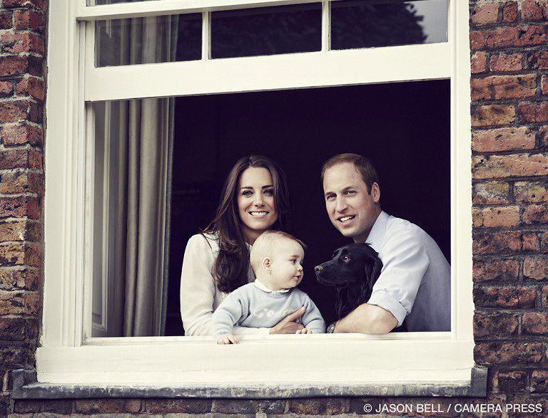 Prince-William-Catherine-Prince-George-Hund-Lupo-140329-AFP - Bildquelle: AFP PHOTO / KENSINGTON PALACE / CAMERA PRESS / JASON BELL