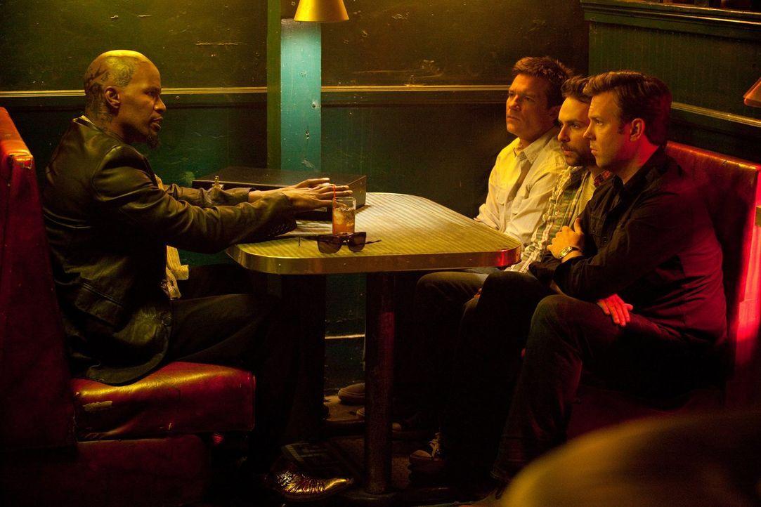 Als Nick (Jason Bateman, 2.v.l..), Dale (Charlie Day, 2.v.r.) und Kurt (Jason Sudeikis, r.) ihre jeweiligen Chefs einfach nicht mehr aushalten, tref... - Bildquelle: 2011 Warner Bros.