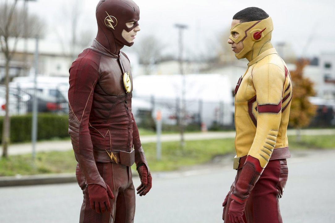 Barry alias The Flash (Grant Gustin, l.) hebt Wallys alias Kid Flash (Keiynan Lonsdale, r.) Ausbildung auf die nächste Ebene und hofft, seine gewalt... - Bildquelle: 2016 Warner Bros.
