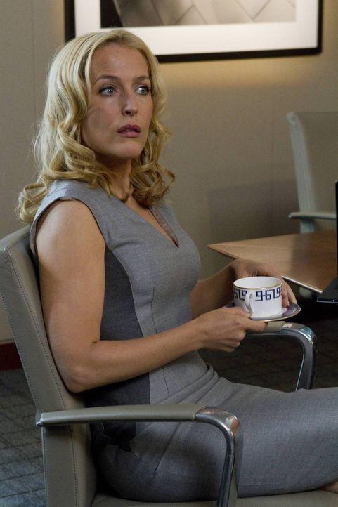 Wird Meg Fitch (Gillian Anderson) ihre Tochter nach der Lösegeldübergabe wieder in ihre Arme schließen können? - Bildquelle: 2013-2014 NBC Universal Media, LLC. All rights reserved.