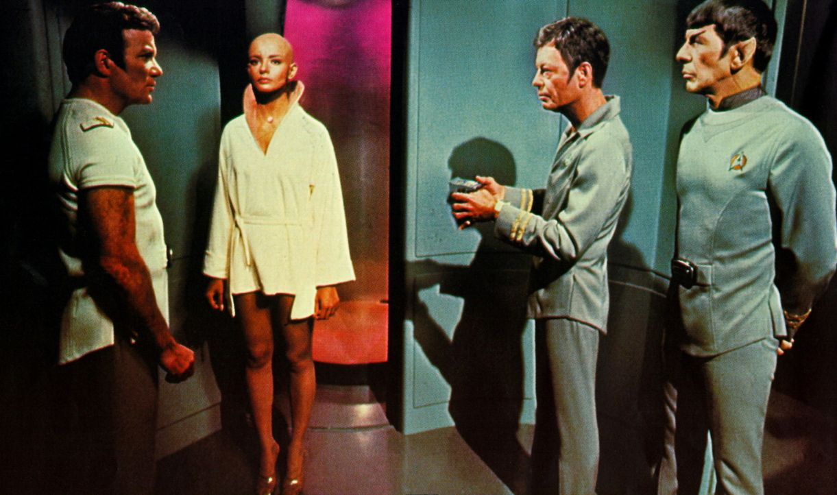 Krisensitzung an Bord der Enterprise: Kirk (William Shatner, l.), Ilia (Persis Khambatta, 2.v.l.), McCoy (DeForest Kelly, 2.v.r.) und Spock (Leonard... - Bildquelle: Paramount Pictures