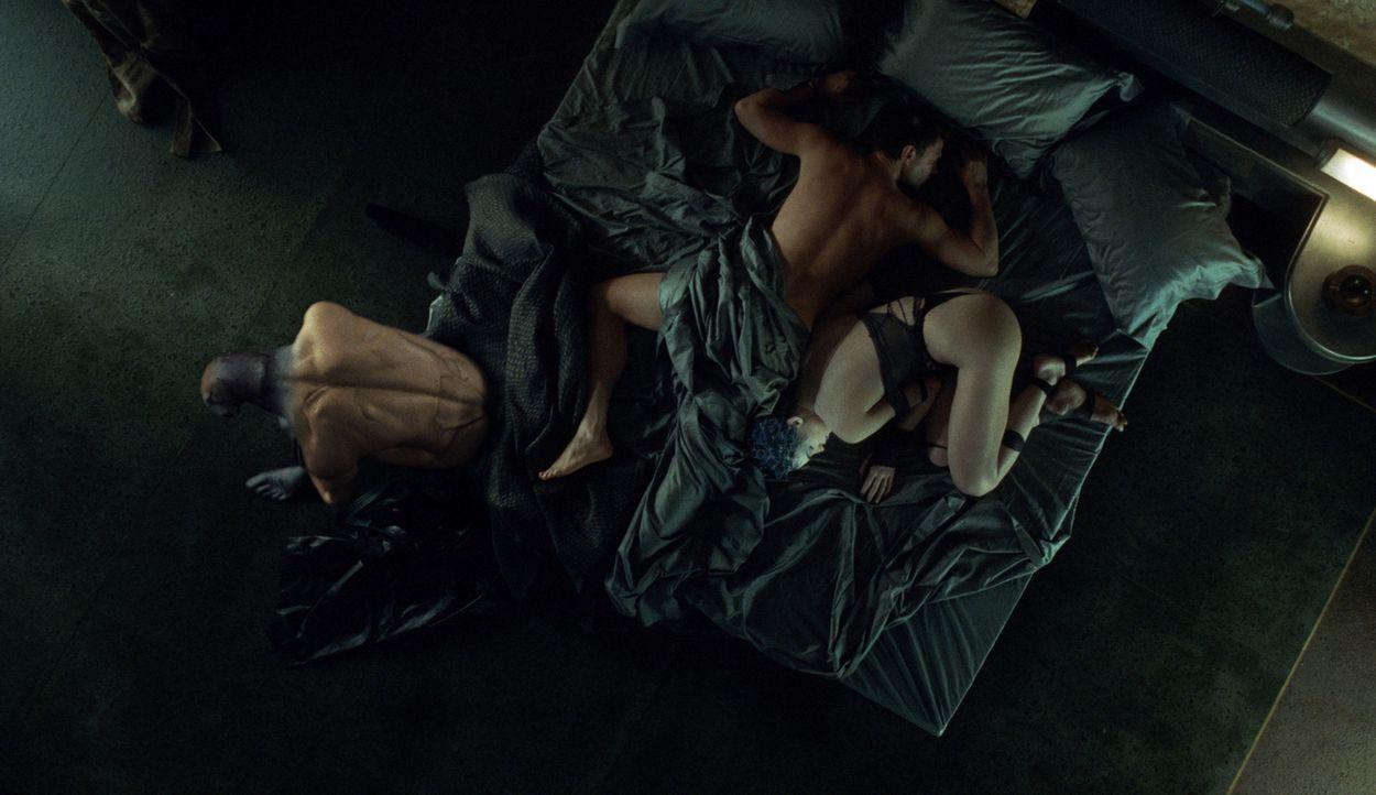 Nikopol (Thomas Kretschmann, M.) weiß in seinen wachen Phasen nichts davon, dass ein lüsterner Gott (Thomas M. Pollard, l.) in ihm steckt. Zumal er... - Bildquelle: TF1 Films Productions