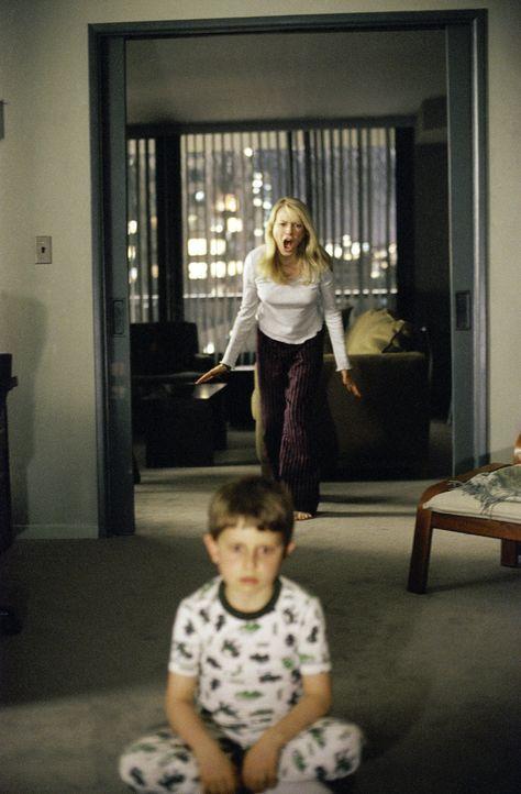 Fassungslos muss Rachel (Naomi Watts, hinten) mit ansehen, dass ihr Sohn Aidan (David Dorfman, vorne) die todbringende Videokassette anschaut. Jetzt... - Bildquelle: TM &   2002 Dreamworks LLC. All Rights Reserved