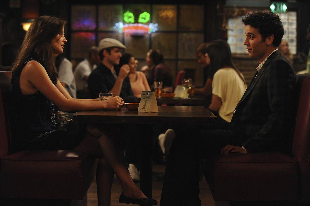 Als Robin (Cobie Smulders, l.) herausfindet, dass Ted (Josh Radnor, r.) Barney eine Art Robin-Grundkurs gegeben hat, stellt sie die Beiden zur Rede.... - Bildquelle: 20th Century Fox International Television