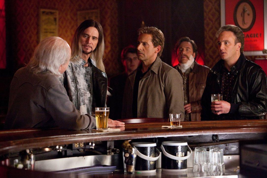 Während Straßen-Zauberer Steve Gray (Jim Carrey, 2.v.l.) so tut, als wäre ihm der Guru unter den Magiern, Rance Holloway (Alan Arkin, l.), nicht bek... - Bildquelle: 2013   Warner Brothers