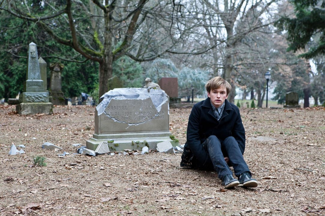 Nach dem Unfalltod seiner Eltern ist Enoch (Henry Hopper) völlig von der Rolle. Er verbringt nur noch Zeit auf Beerdigungen oder auf Friedhöfen. Da... - Bildquelle: Scott Green 2011 Columbia Pictures Industries, Inc. All Rights Reserved.