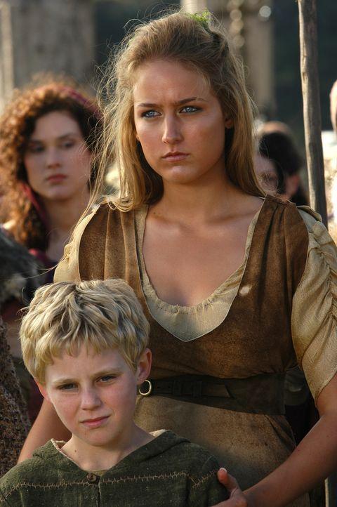"""Überglücklich erwarten Hyllus (Trent Sullivan, vorne) und seine Mutter die Rückkehr Hercules'. Da erblickt Deianeira (Leelee Sobieski, r.) das """"M... - Bildquelle: Ken George Hallmark Entertainment"""
