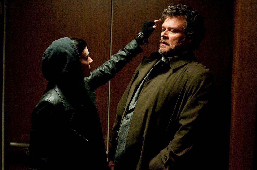 Immer wieder benutzt Rechtsanwalt Bjurman (Yorick van Wageningen, r.) seine Machtposition dazu, sein Mündel Salander (Rooney Mara, l.) sexuell zu mi... - Bildquelle: Sony Pictures Television Inc. All Rights Reserved.