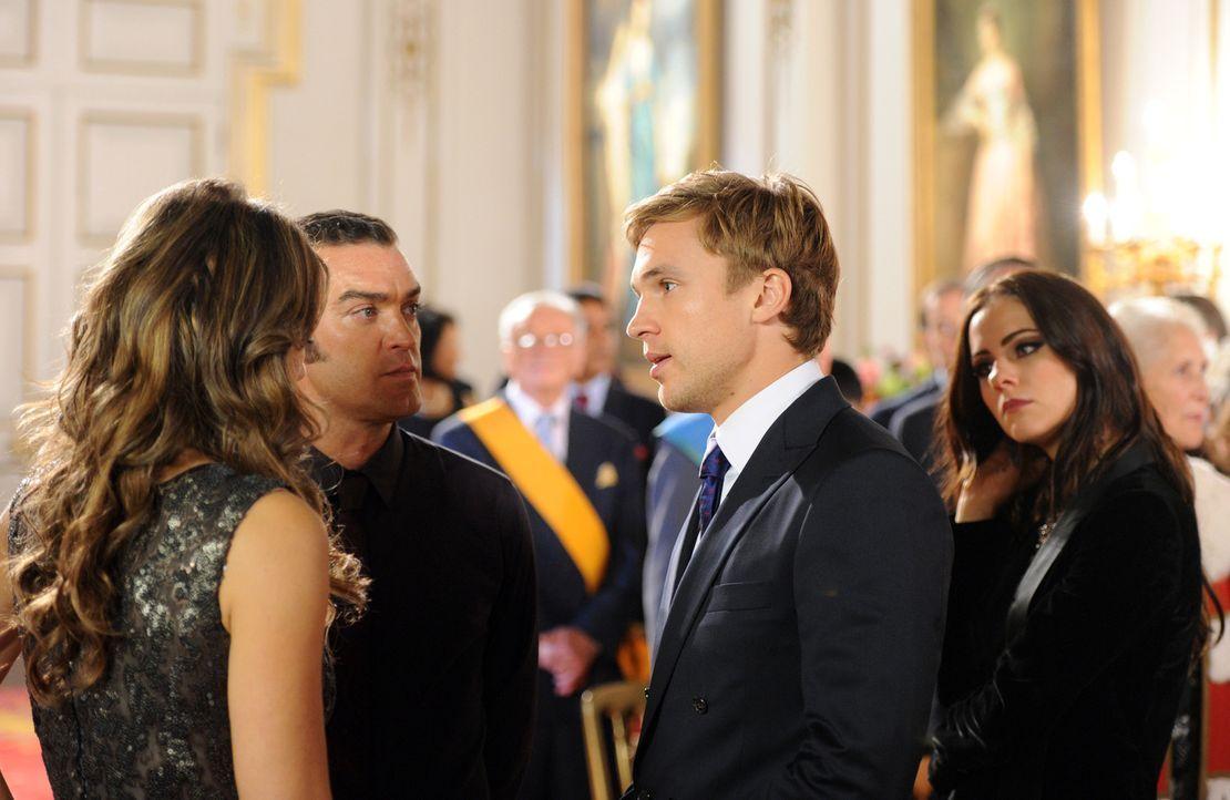 Bei der Zeremonie, bei der Prinz Liam (William Moseley, 2.v.r.) zum Prinzregenten ernannt werden soll, spinnt Prinz Cyrus (Jake Maskall, 2.v.l.) sei... - Bildquelle: Stuart Wilson 2014 E! Entertainment Media LLC/Lions Gate Television Inc.