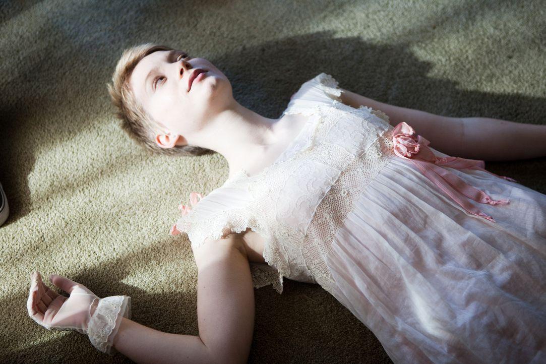 Die bildhübsche 16-jährige Annabel (Mia Wasikowska) liebt das Leben und die Natur leidenschaftlich. Doch ihr bleibt nicht mehr viel Zeit, denn sie h... - Bildquelle: Scott Green 2011 Columbia Pictures Industries, Inc. All Rights Reserved.