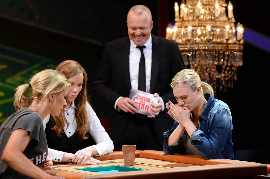 Stefan Raab (2.v.r.) lässt Larissa Marolt (r.) und Annica Hansen (l.) aufeinander los. Doch wer wird das Spiel für sich entscheiden können? - Bildquelle: Willi Weber ProSieben