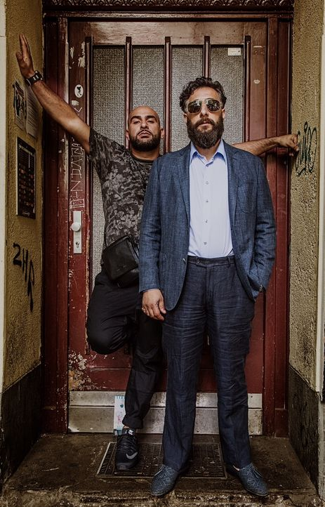 (1. Staffel) - Abbas (Veysel Gelin, l.); Toni (Kida Khodr Ramadan, r.) - Bildquelle: 2017 Turner Broadcasting System Europe Limited & Wiedemann & Berg Television GmbH & Co.
