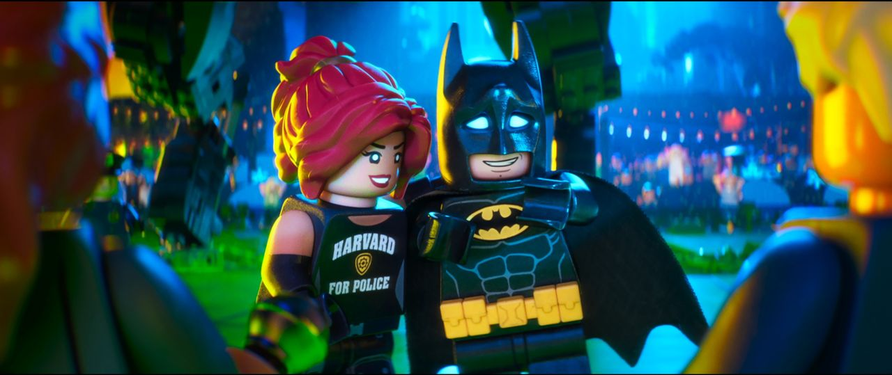 Batgirl (l.); Batman (r.) - Bildquelle: 2017 Warner Bros. Entertainment Inc. and RatPac Entertainment, LLC. BATMAN and all related characters and elements   & TM DC Comics.