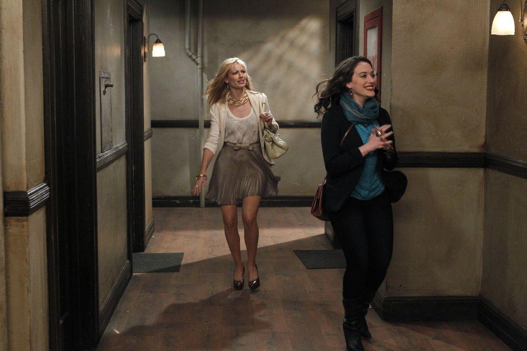 Max (Kat Dennings, r.) begleitet ihre misstrauische Freundin Caroline (Beth Behrs, l.) zu ihrem neuen Zweitjob, da diese Angst hat, in eine Falle ge... - Bildquelle: Warner Brothers